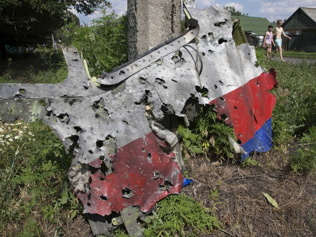 Analistas militares informaram nesta quarta (23) que o tamanho, propagação, forma e número de impactos de estilhaços visíveis em fotografia da AP em parte dos destroços apontam que o avião da Malysia foi atingido por um sistema de mísseis como o SA-11 Buk (Foto: Dmitry Lovetsky/AP)