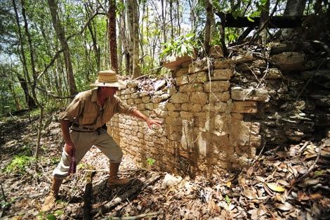El arqueólogo Ivan Sprajc en el yacimiento. | INAH