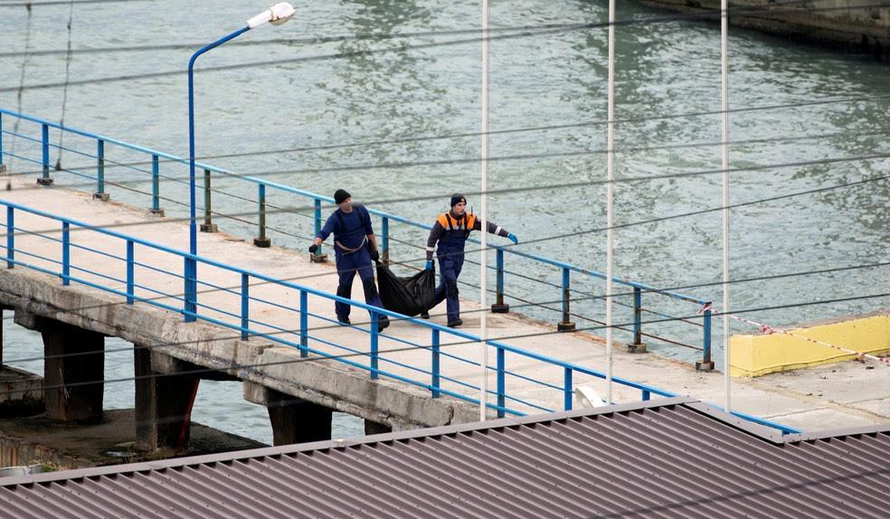 Equipe de emergência carrega bolsa de pástico durante resgate de vítimas e restos do avião miltar russo que caiu no Mar Negro (Foto:  REUTERS/Yevgeny Reutov)