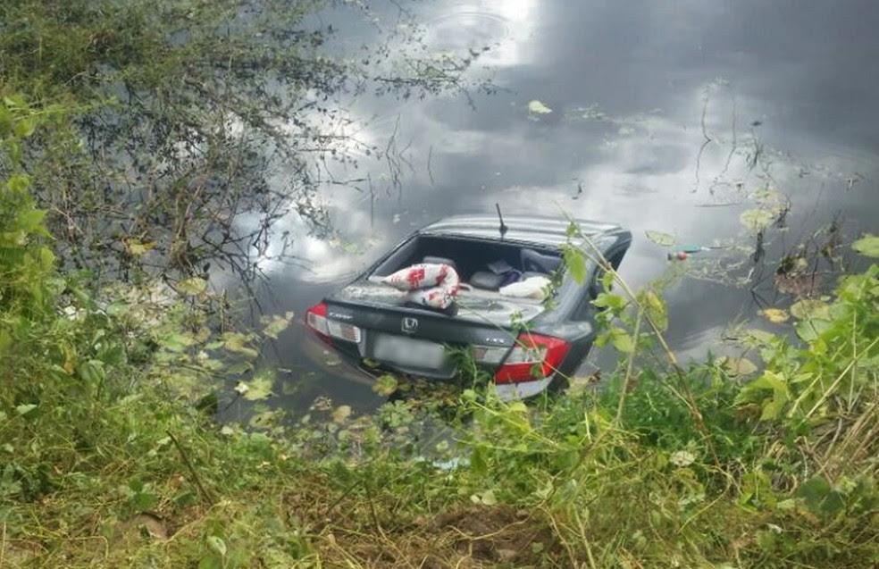Honda Civic ficou quase totalmente submerso  (Foto: Diego Moicano/CG na Mídia)