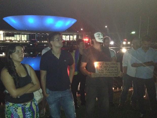 """Manifestantes fazem vigília pela saída de Marco Feliciano, que levantou nova polêmica ao dizer que comissão era dominada por """"Satanás"""" (Foto: Nathalia Passarinho/G1)"""