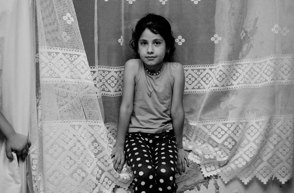 Mihriban, de nuevo años, vive con su madre, su padre y otros dos hermanos más pequeños en Estambul.