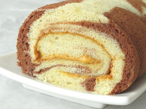 Banana Swiss roll with peanut butter cream