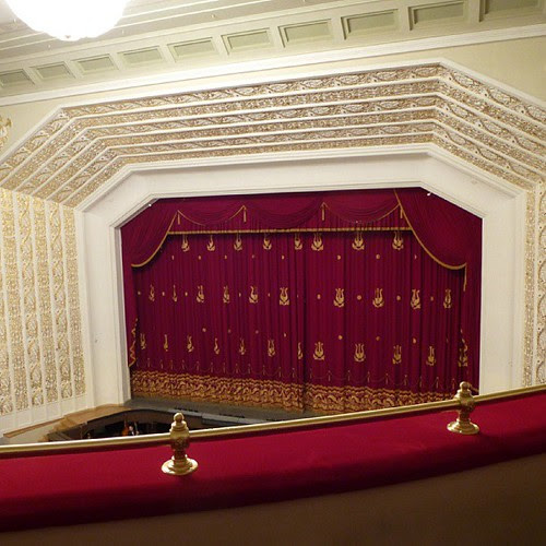 Сцена театра оперы и балета. Музыканты репетируют, пока публика не собралась