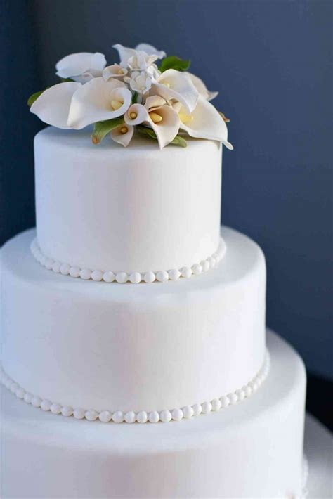 Simple Wedding Cake with Pearls and Lilies ? The French