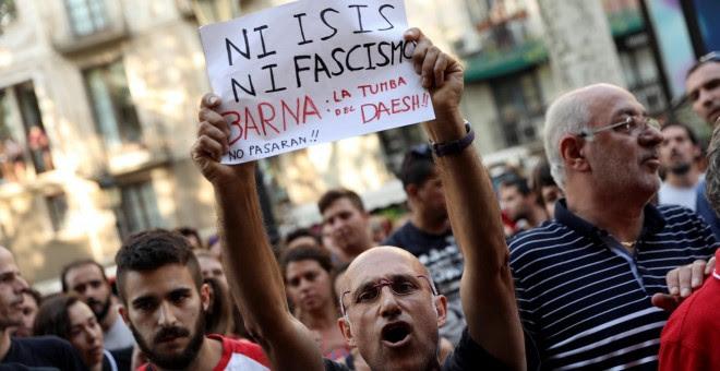 Los vecinos de Barcelona expulsan a una veintena de fascistas de Las Ramblas. / REUTERS