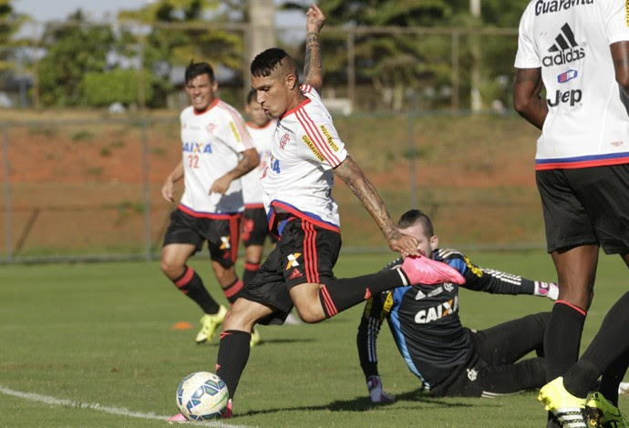 Guerrero dribla PV e faz belo gol no treino (Foto: Gilvan de Souza/Fla Imagem)