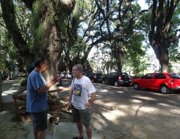 Cesar Cardia, de branco, que mantém blog sobre a preservação da rua (Foto: Tatiana Lopes / G1)