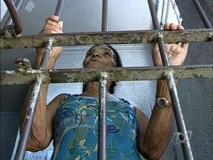 Idosa de 74 anos deixou de pagar pensão por seis meses e foi presa. (Foto: Reprodução/TV Anhanguera)