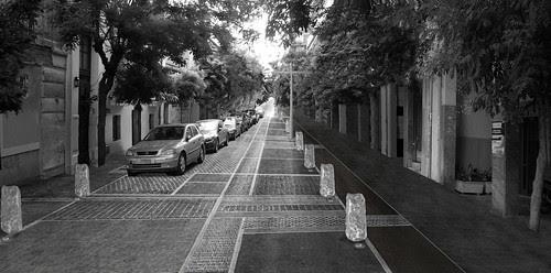 Αποψη της οδού Κεραμεικού μετά από την υλοποίηση της πρότασης Αντονά. Νέα δαπεδόστρωση της οδού με περισσεύματα υλικών από τις μάντρες του Δήμου Αθηναίων.
