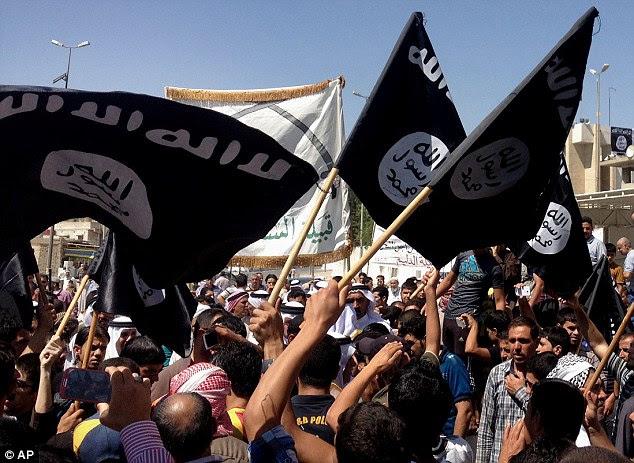 Crescimento: Manifestantes cantam o seu apoio ao Estado Islâmico do Iraque e do Levante (ISIL) como eles acenam bandeiras da Al-Qaeda em frente à sede do governo provincial em Mosul, 225 milhas (360 quilômetros) a noroeste de Bagdá, no Iraque, em 16 de Junho de 2014
