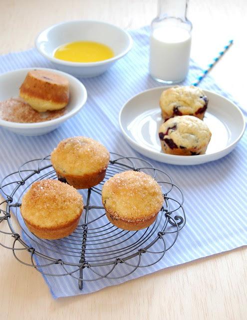 Blueberry muffins with doughnut topping / Muffins de mirtilo com cobertura de doughnut