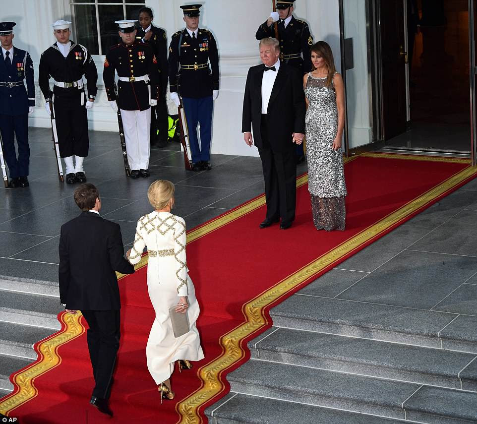 Macron e sua esposa Brigitte chegaram à Casa Branca quando uma leve chuva caiu na noite de terça-feira
