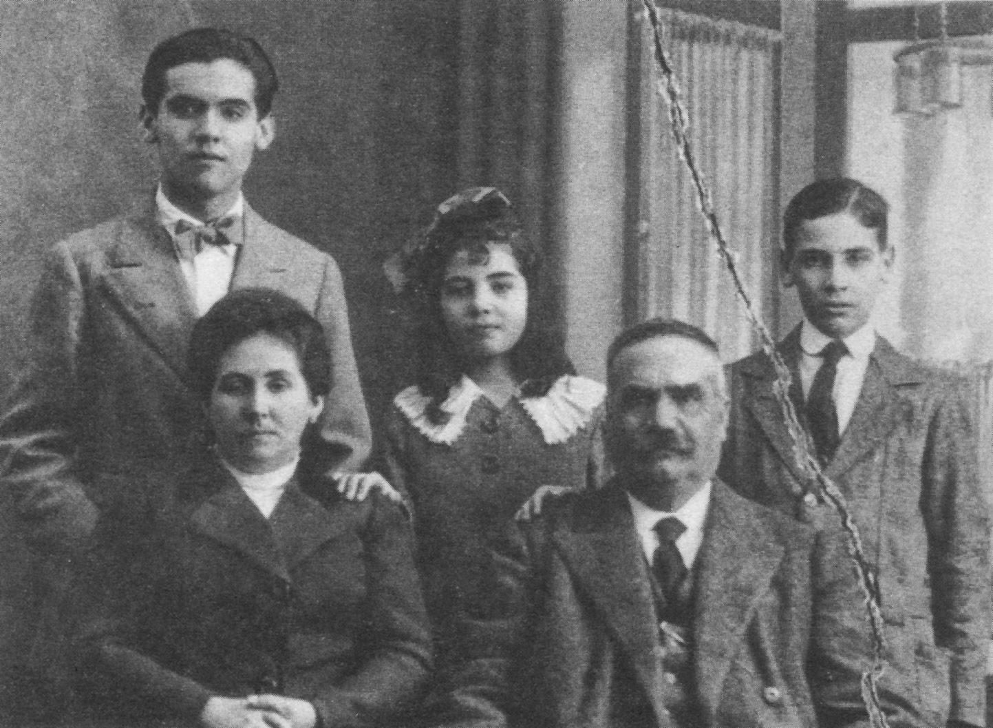 La familia, en torno a 1912. Abajo, Vicenta y Don Federico. Arriba, desde la izquierda, Federico y sus hermanos Concha y Paco.