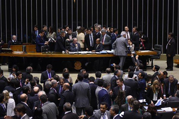 Deputados federais votam, em plenário, as propostas que envolve a reforma política