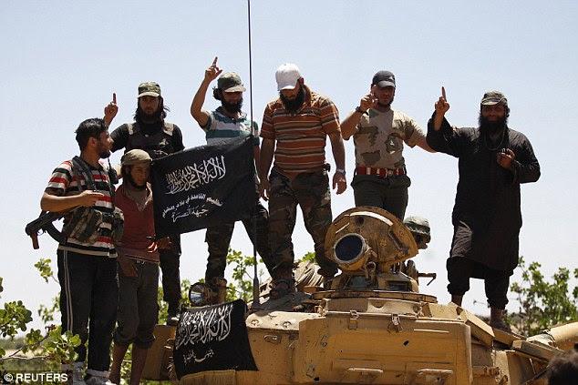 Extremistas: militantes Frente Nusra (foto) anunciou que está considerando a divisão com a Al Qaeda, a fim de criar uma organização terror antonymous que pode rivalizar com o reinado do Estado Islâmico do terror na Síria e no Iraque