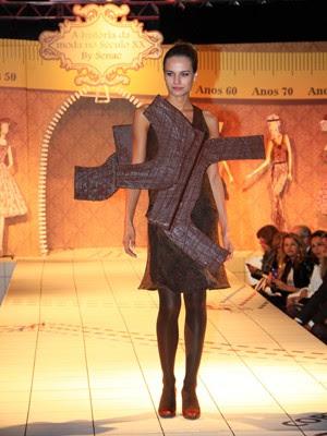 Caroline Escouto desfilou com as roupas de chocolate (Foto: Cleiton Thiele/Divulgação)