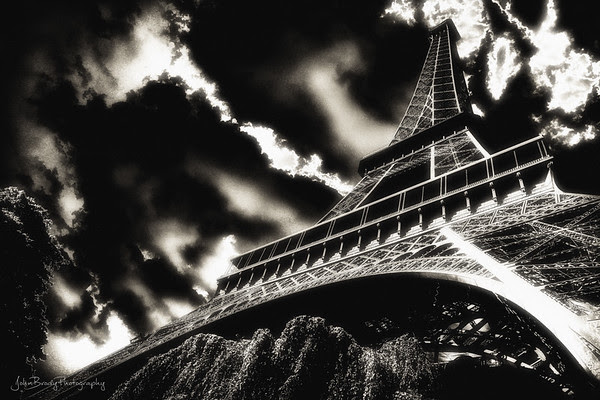 Eiffel Tower Paris - A Twilight View of the Classic Landmark... - JohnBrody.com - JohnBrody.blogspot.com