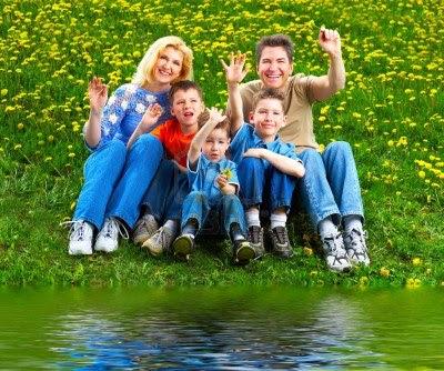 4347406-familia-feliz-padre-madre-e-hijos-en-el-parque