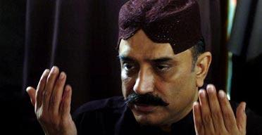 Asif Ali Zardari, the husband of slain Pakistani opposition leader Benazir Bhutto, offers mourning prayers at the Bhutto residence in Naudero