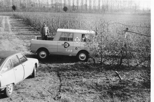 Jeep Ebro i Citroën GS en un camp de Girona