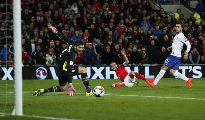 Gareth Bale chuta, e bola passa pelo goleiro em direção à trave em País de Gales x Sérvia (Foto: Reuters / Matthew Childs)