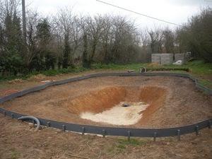 Bassin de baignade naturelle en autoconstruction les bords - Autoconstruction piscine naturelle ...