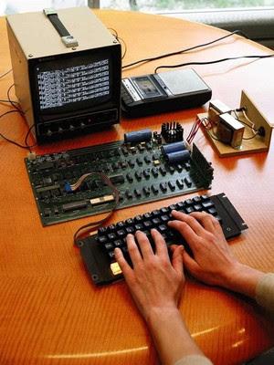 Computador fabricado por Steve Jobs e Steve Wozniak em 1976 (Foto: Agência EFE)