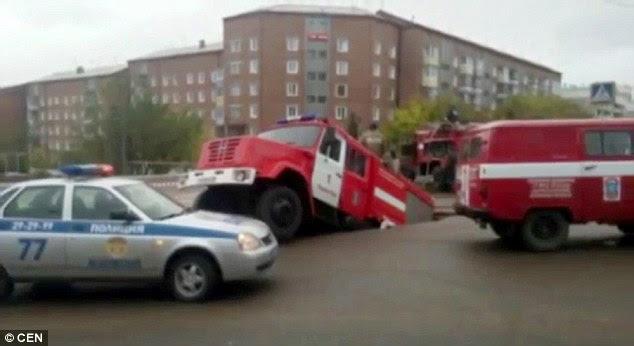 feu gouffre de camion, camion de pompiers photo gouffre, camion de pompiers gouffre vidéo, camion de pompiers gouffre russie septembre 2015, camion de pompiers gouffre russie septembre 2015