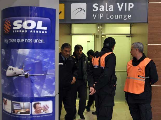 Sala Vip do Aeroporto de Neuquén, na Argentina, começa a receber familiares de pessoas que estavam no vôo 5428 da Sol, que caiu no sul do país. (Foto: Regules Yamil / Reuters)