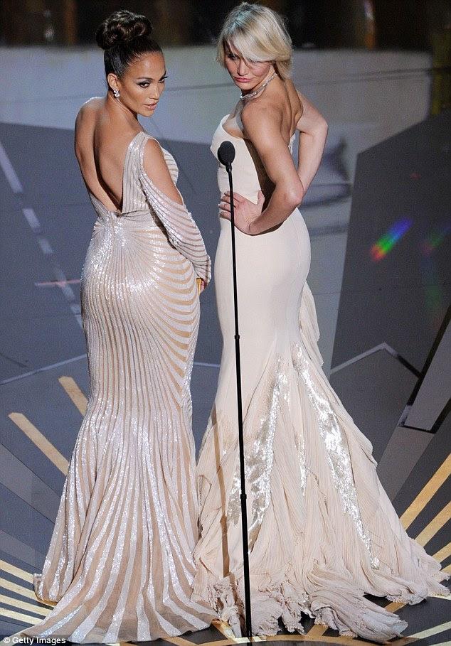 Insolente: Jennifer e Cameron se virou e exibido seus bumbuns para o público como eles apresentaram o Oscar de Melhor Figurino e Melhor Maquiagem