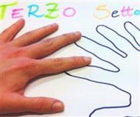 """Realizzazione grafica con una mano aperta e a destra la sagoma della mano stessa, sulla scritta """"Terzo Settore"""""""