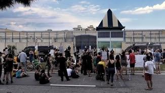 Manifestació a l'entrada del CIE de la Zona Franca de Barcelona