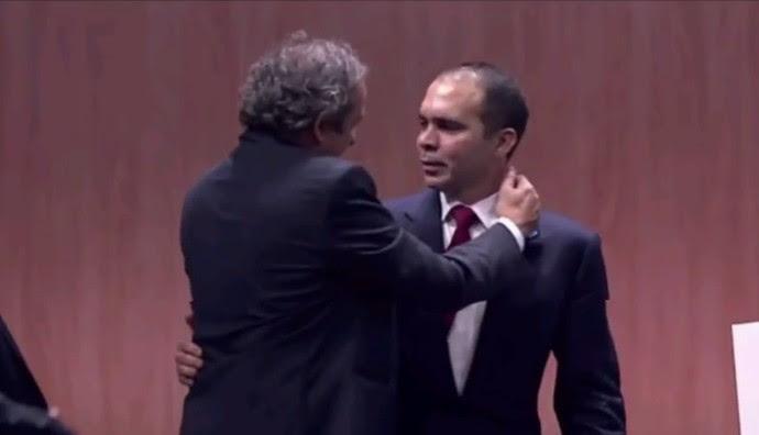 Platini abraça o príncipe Ali após desistência do segundo turno por parte do candidato (Foto: Fifa TV)