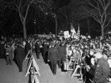 24 de abril. Una enorme multitud, estimada en 35 000 personas contenidas por barricadas de la policia, en el Central Park de Nueva para recibir a Fidel Castro. Foto: Revolución.