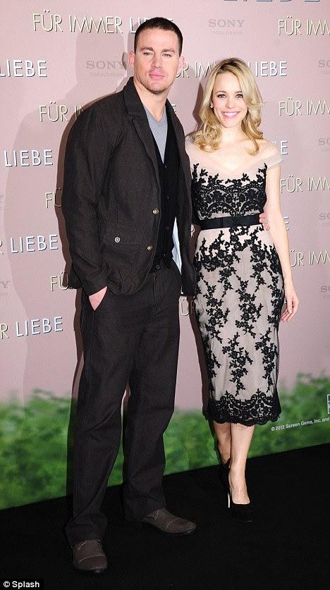 Com seu protagonista: Rachel orgulhosamente apresenta Channing Tatum com um braço enrolada na cintura