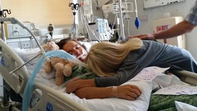 A mãe de Connor, Veronica Eckhardt abraça seu corpo após ele entrar em coma