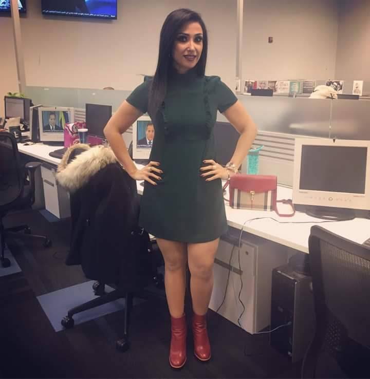 المذيعة العراقية زينة الالوسي تثير الجدل بفساتينها القصيرة