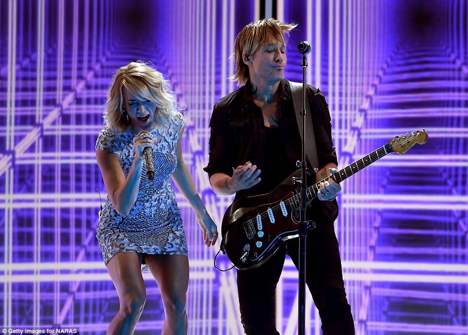 Dupla dinâmica: Carrie Underwood e Keith Urban tocaram sua nova música TheFighter
