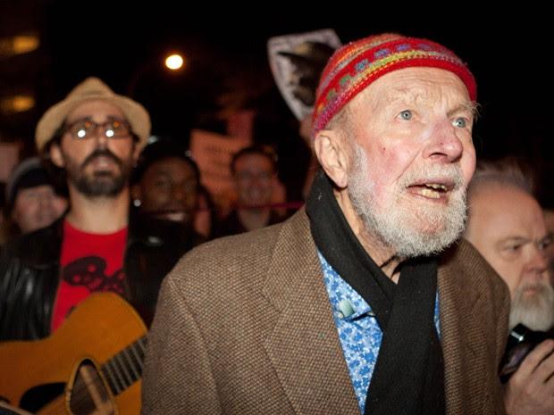 Em foto de outubro de 2011, Pete Seeger protesta no Occupy Wall Street, em Nova York (Foto: AP Photo/John Minchillo, File)