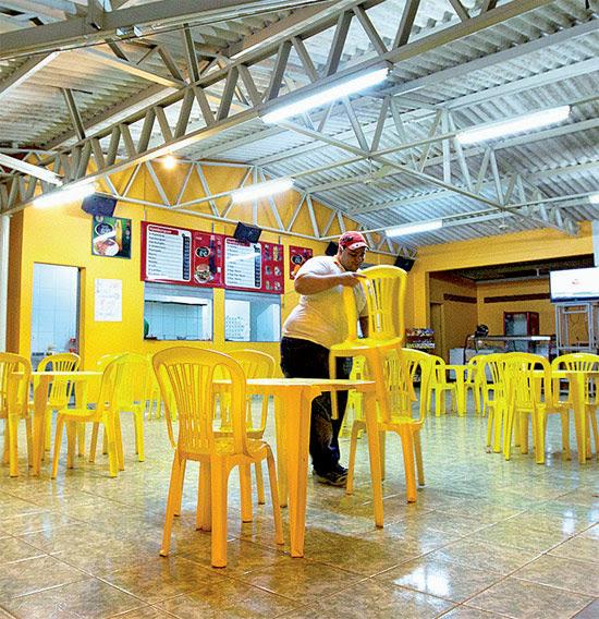 Bar vazio em Pompéu (MG), que adotou toque de recolher para afastar adolescentes das drogas; medida divide os jovens da cidade