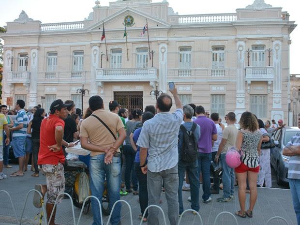 Professores fizeram ato público em frente ao Palácio da Redenção, sede do Governo Estadual (Foto: Walter Paparazzo/G1)