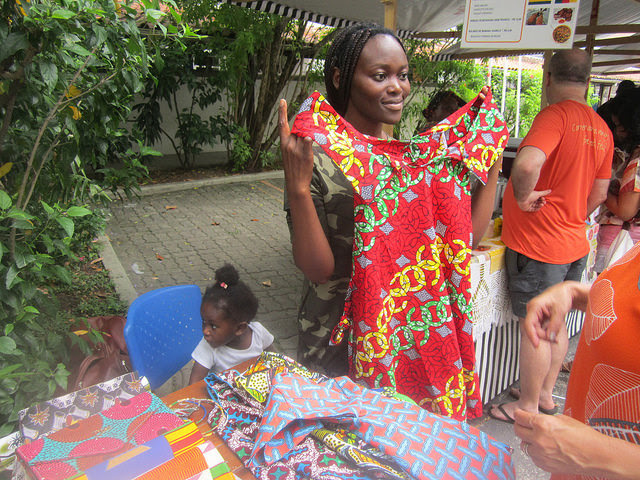 """Garcia Malunza, 25, together with her year and a half old daughter, fled the war in Angola and took refuge in the Democratic Republic of the Congo, which she left in 2006 to migrate to Brazil, """"for personal reasons."""" She sells African dresses and fabrics at the refugee fair held monthly in the Rio de Janeiro neighborhood of Botafogo. Credit: Mario Osava / IPS"""