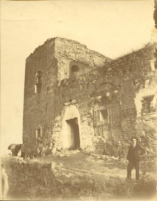 José Joaquín Román Martínez junto al Palacio de Galiana a principios del siglo XX. Fotografía de Pedro Román Martínez. Diputación de Toledo