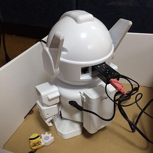 マイクは後頭部のUSBポートに。電源は単三電池5本でもオッケー。