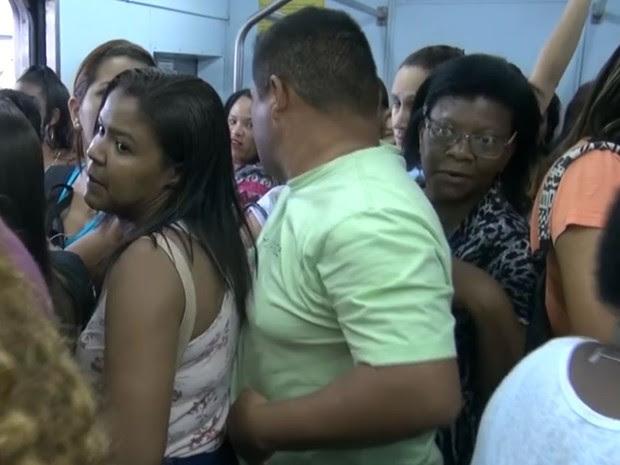 Em novembro de 2015, telejornal Bom Dia Rio flagrou desrespeito em vagões femininos do Metrô (Foto: Reprodução/TV Globo)