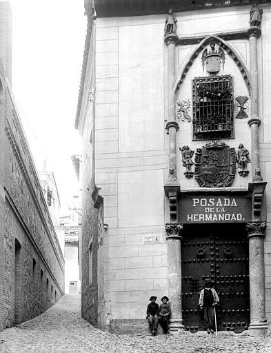 Posada de la Hermandad hacia 1900. Fotografía de Eugène Lefèvre-Pontalis. Société Française d'Archéologie et Ministère de la Culture (France), Médiathèque de l'architecture et du patrimoine (archives photographiques) diffusion RMN