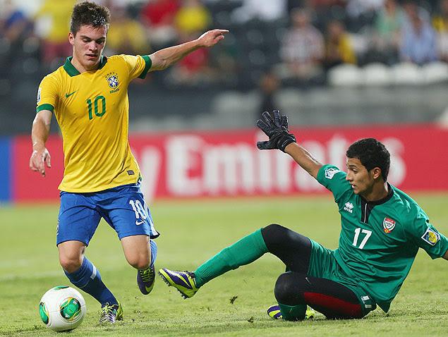 Nathan dribla o goleiro Mohammed Al-Shamsi e faz o gol
