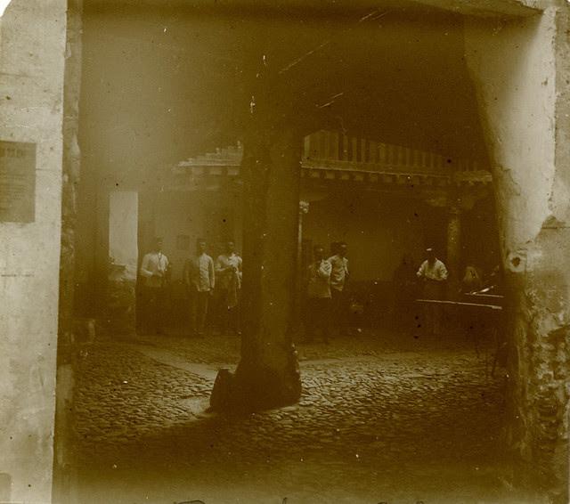 Patio de la Posada de la Sangre en 1913. Fotografía de Luis Calandre Ibáñez