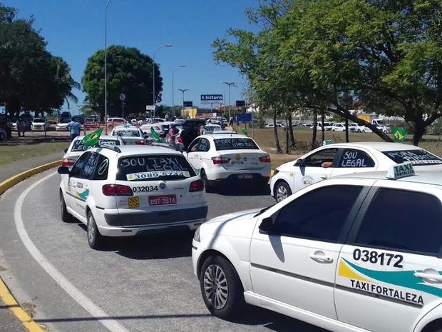 Taxistas bloqueiam a entrada para o setor de desembarque do Aeroporto de Fortaleza (Foto: Leandro Silva/TV Verdes Mares)